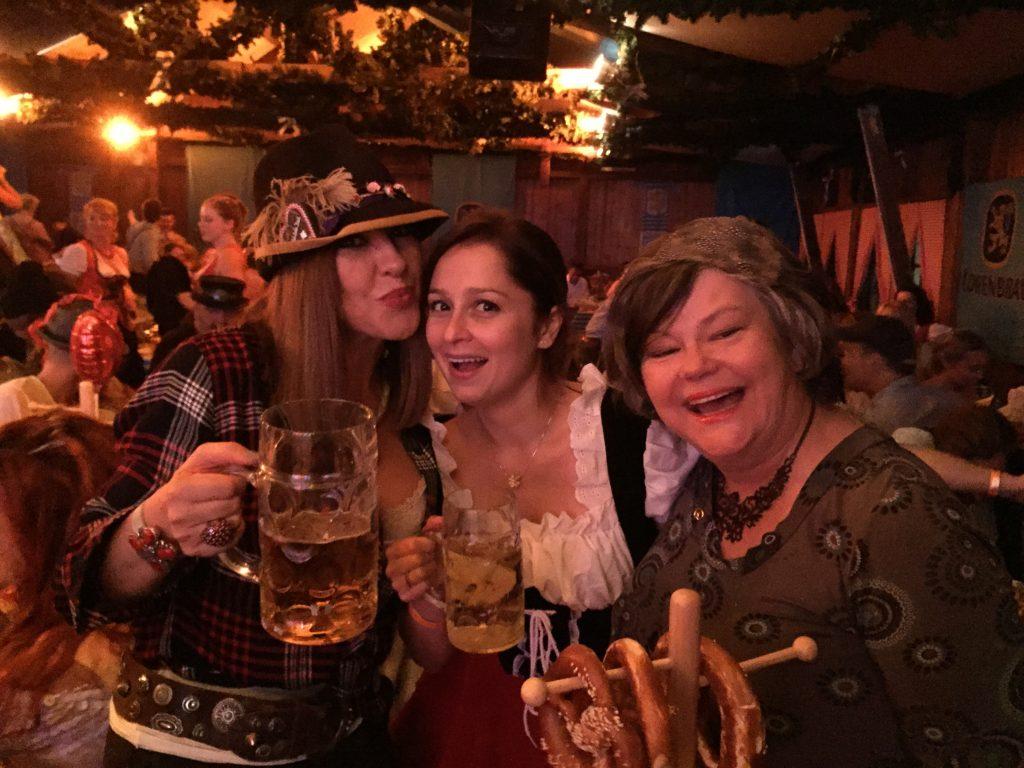 mit Simone Tomalla und Sahra Alles beim Berliner Oktoberfest